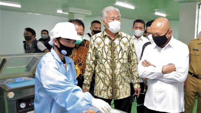 Menkop UKM Teten Masduki bersama dengan Mantan Menteri Perdagangan Egratiasto Lukita meninjau salah satu offtaker produk nelayan dan pengolahan ikan di kawasan Pelabuhan Muara Angke, Jakarta Utara, Senin (31/8/2020)
