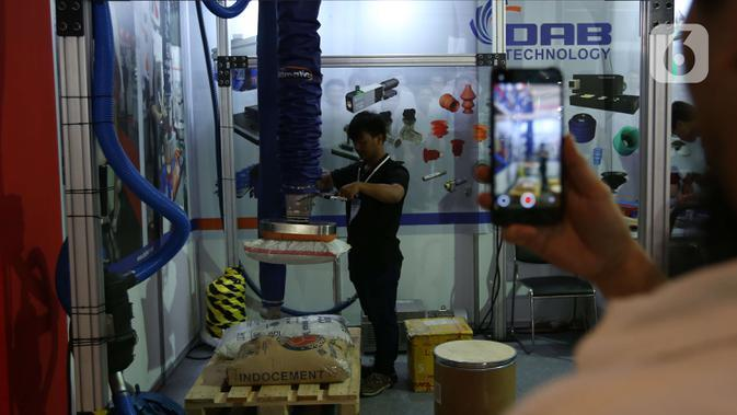 Pengunjung melihat peralatan industri yang dipamerkan dalam Manufacturing Indonesia 2019 di JIExpo, Kemayoran, Jakarta, Rabu (4/12/2019). Pameran menampilkan beragam teknologi, layanan manufaktur terbaru dan terbaik dari para pemain kunci dibidangnya. (Liputan6.com/Angga Yuniar)