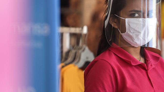 Seorang pedagang berdiri di pintu masuk sebuah toko di tengah wabah COVID-19, di Sao Paulo, Brasil (5/8/2020). Pengujian juga mengonfirmasi 57.152 infeksi baru, sehingga total kasus positif COVID-19 di negara tersebut menjadi 2.859.073, menurut Kementerian Kesehatan Brasil. (Xinhua/Rahel Patrasso)