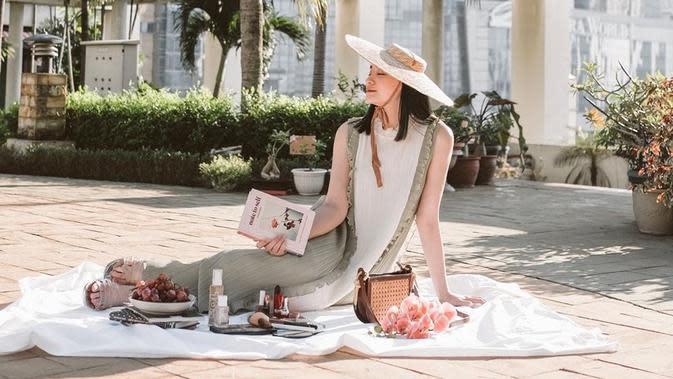 Wanita kelahiran 1996 ini tampak sangat cantik saat berpose di bawah sinar matahari. Menggunakan pakaian berwarna putih dengan outer berwarna agak gelap, penampilannya ditambah dengan topi lebar sangat mengagumkan. (Liputan6.com/IG/@pattdevdex)