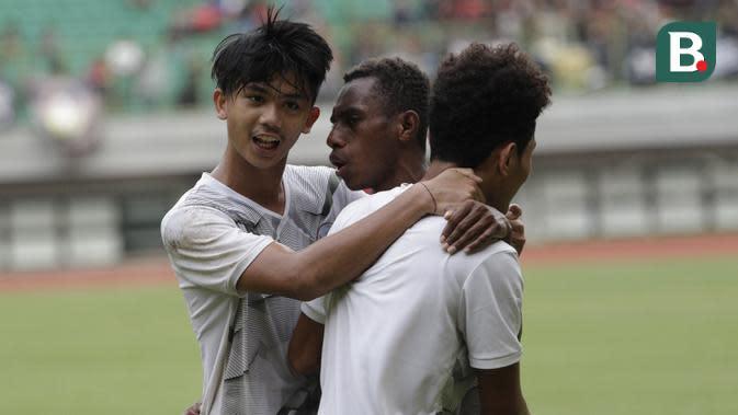 Pemain Timnas Indonesia U-16, Alexandro Felix Kamuru, melakukan selebrasi usai membobol gawang tim Piala Soeratin Bekasi U-17 pada laga uji coba di Stadion Patriot, Kota Bekasi, Jumat (13/3/2020). Kedua tim bermain imbang 1-1. (Bola.com/M Iqbal Ichsan)