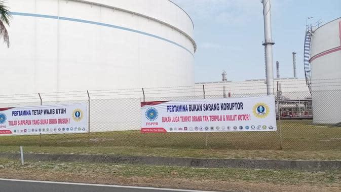 Serikat Pekerja Pertamina memasang sepanduk penolakan Basuki Tjahaja Purnama alias Ahok, untuk mengisi jabatan di PT Pertamina (Persero).