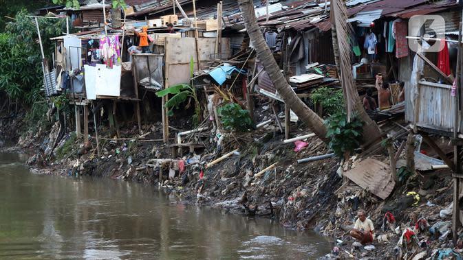 Warga berada di bantaran sungai Ciliwung, Pemukimannya, Manggarai, Jakarta, Selasa (29/9/2020). Sebab, perekonomian Indonesia saat ini sudah terdampak hebat dan diperkirakan pertumbuhannya akan terus negatif sampai akhir tahun. (Liputan6.com/Johan Tallo)