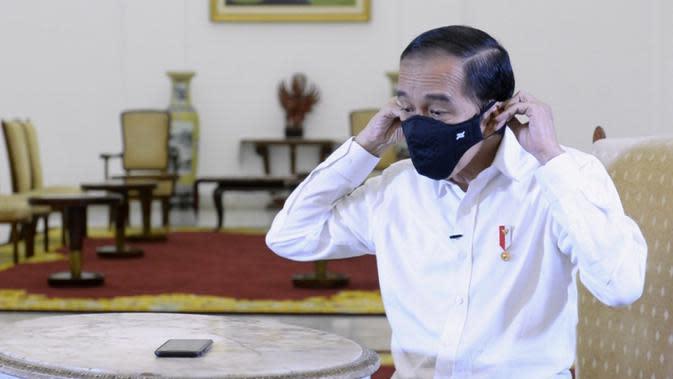 Presiden Jokowi berbincang dengan dr Faisal Rizal Matondang, seorang dokter paru, melalui panggilan video. (Foto: Kris - Biro Pers Sekretariat Presiden)
