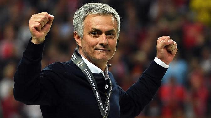 Pelatih Manchester United, Jose Mourinho, melakukan selebrasi usai menjuarai Piala Europa dengan mengalahkan Ajax Amsterdam pada final Liga Europa di Friends Arena, Stockholm, Rabu (24/05/2017). Manchester United menang 2-0. (EPA/Georgi Licovski)