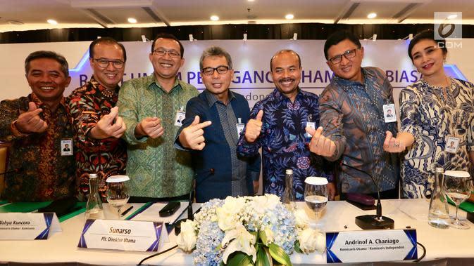Direktur Utama Bank BRI Sunarso (tengah) foto bersama jajaran direksi usai Rapat Umum Pemegang Saham Luar Biasa (RUPSLB) di Jakarta, Senin (2/9/2019). Posisi Wakil Direktur Utama Bank BRI yang ditinggalkan Sunarso kini diisi oleh Catur Budi Harto. (Liputan6.com/Angga Yuniar)
