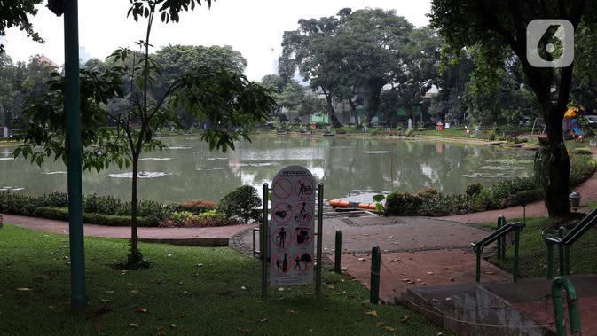 Suasana kawasan taman Situ Lembang di kawasan Menteng, Jakarta, Selasa (24/3/2020). Pemerintah Provinsi DKI Jakarta menutup semua Ruang Terbuka Hijau terhitung sejak 14 Maret 2020 hingga 14 hari ke depan sebagai antisipasi merebaknya virus Corona Covid-19. (Liputan6.com/Helmi Fithriansyah)