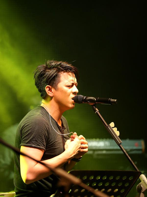 Ariel pun melantunkan single 'Separuh Aku', lagu yang sangat hits pasca band ini merubah nama dari Peterpan menjadi NOAH memang sangat easy listening dan mudah dinyanyikan. (Andy Masela/Bintang.com)