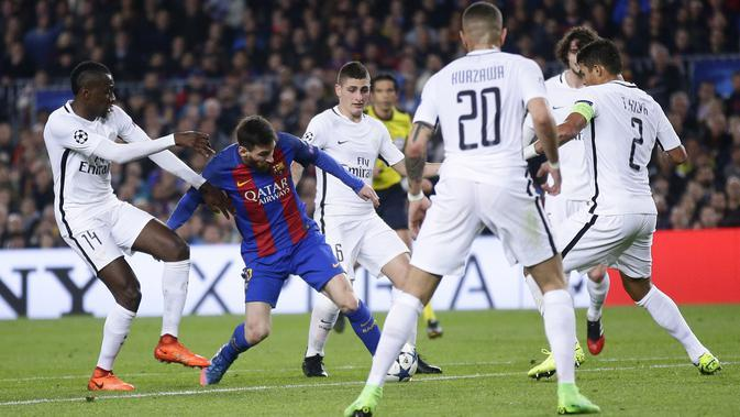 Bintang Barcelona, Lionel Messi (tengah) mencetak satu gol saat timnya melumat PSG pada leg kedua Babak 16 Besar Liga Champions di Camp Nou stadium, Barcelona, (8/3/2017). Barcelona menang 6-1. (AP/Manu Fernandez)