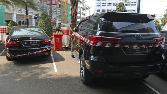 Sejumlah mobil mewah milik tersangka Jiwasraya terparkir di Kejaksaan Agung, Jakarta, Kamis (16/1/2020). Penyidik Kejagung menyita sejumlah kendaraan dari tersangka kasus dugaan korupsi Jiwasraya berupa enam mobil berbagai merk dan satu motor Harley Davidson. (Liputan6.com/Herman Zakharia)