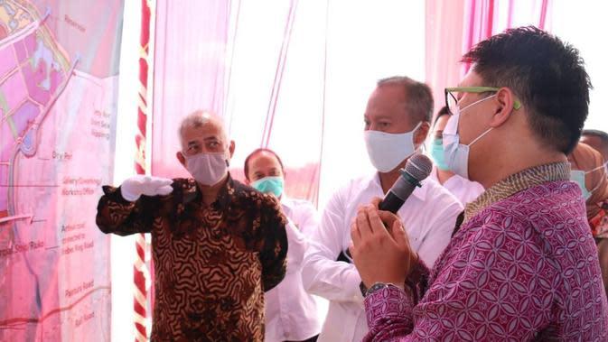 Dirjen KPAII Kemenperin Dody Widodo (kiri) mendampingi Menperin Agus Gumiwang meninjau progres pengembangan Kawasan Industri Brebes. (Dok Kemenperin)