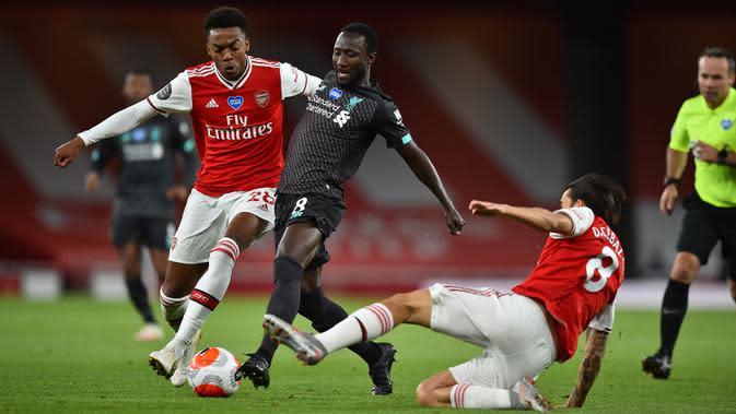 Gelandang Arsenal, Joe Willock, berebut bola dengan gelandang Liverpool, Naby Keita, pada pada laga lanjutan Premier League pekan ke-36 di Emirates Stadium, Kamis (16/7/2020) dini hari WIB. Arsenal menang 2-1 atas Liverpool. (AFP/Glyn Kirk/pool)