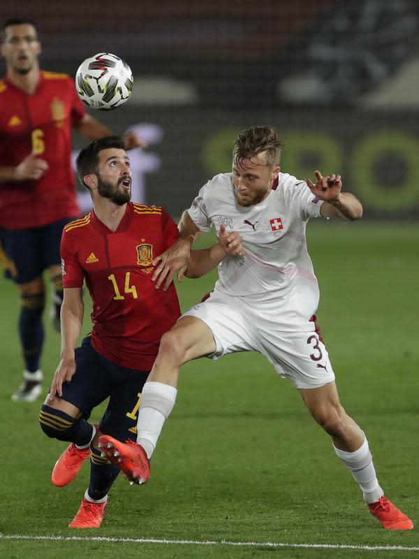Gelandang Spanyol, Jose Gaya berebut bola dengan pemain Swiss, Silvan Widmer pada pertandingan UEFA Nations League di Alfredo Di Stefano, Madrid, Spanyol (10/10/2020). Madrid menang tipis atas Swiss 1-0. (AP Photo/Manu Fernandez)