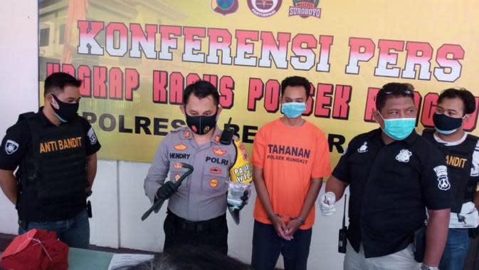 Polisi di Surabaya, Jawa Timur telah menangkap OS (28) warga Bojonegoro karena kasus dugaan pembobolan kotak amal. (Foto: Liputan6.com/Dian Kurniawan)