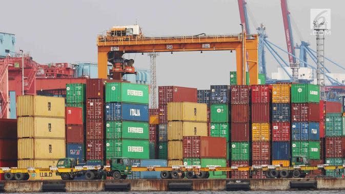 Tumpukan peti barang ekspor impor di Pelabuhan Tanjung Priok, Jakarta, Senin (17/7). Ekspor dan impor masing-masing anjlok 18,82 persen dan 27,26 persen pada momen puasa dan Lebaran pada bulan keenam ini dibanding Mei 2017. (Liputan6.com/Angga Yuniar)