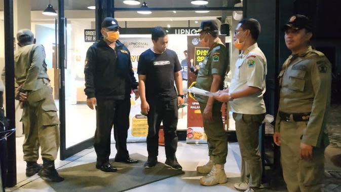 Satpol PP Kota Malang mengancam mencabut izin usaha tempat hiburan yang melanggar aturan pencegahan Covid-19