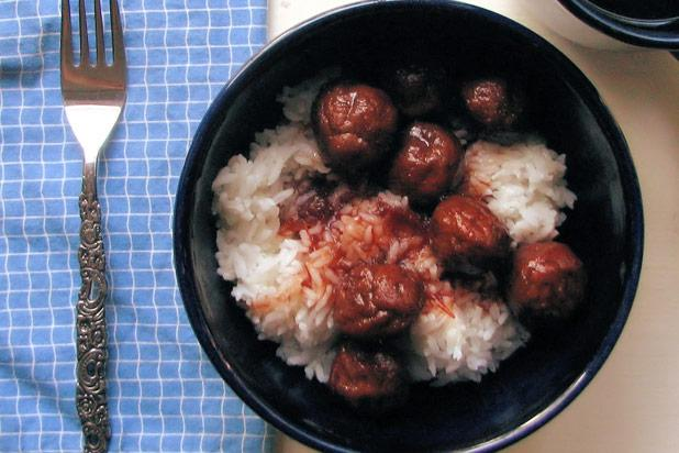In the US, people love convenience, so it's fitting that this uniquely American recipe for sweet and sour meatballs requires the use of only three ingredients, one of which is frozen meatballs. The sauce couldn't be easier. Mix half a jar of grape jelly with half a jar of chili sauce (or use ketchup and a dash of hot sauce or cayenne pepper to be extra American) and you've got yourself dinner.