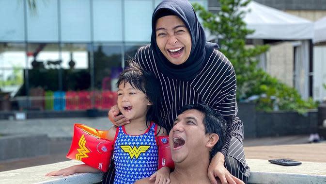 Selain mencari kesibukan setiap paginya, yang terbaru, Tantri yang sudah hamil berusia 32 minggu juga menghadiri undangan ultah teman sahabatnya di Batam. (Instagram/tantrisyalindri)