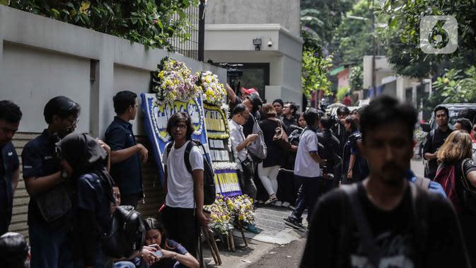 Suasana rumah duka almarhum Ashraf Sinclair di kawasan Pejaten Barat IV, Jakarta, Selasa (18/2/2020). Suami Bunga Citra Lestari, Ashraf Sinclair, meninggal dunia diduga akibat serangan jantung pada Selasa 18 Februari 2020 pukul 3.40 pagi. (Liputan6.com/Faizal Fanani)