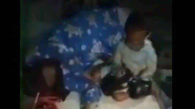 Viral, Video Seorang Anak Tangisi Ibunya Meninggal di Emperan Toko