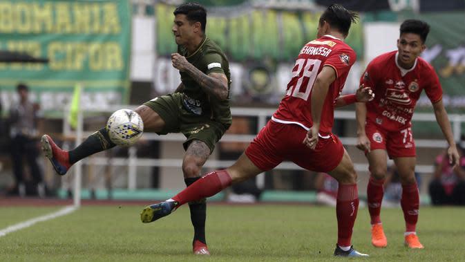 Gelandang PS Tira Persikabo, Ciro Henrique, berebut bola dengan pemain Persija Jakarta pada laga Shopee Liga 1 di Stadion Pakansari, Bogor, Selasa (16/7). Tira menang 5-3 atas Persija. (Bola.com/Yoppy Renato)