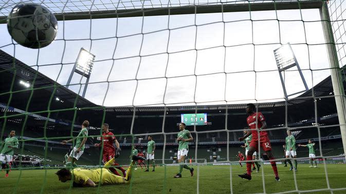 Pemain Bayer Leverkusen, Kai Havertz, mencetak gol ke gawang Werder Bremen pada laga Bundesliga di Weserstadion, Bremen, Senin (18/5/2020). Bayer Leverkusen menang 4-1 atas Werder Bremen. (AP/Stuart Franklin)