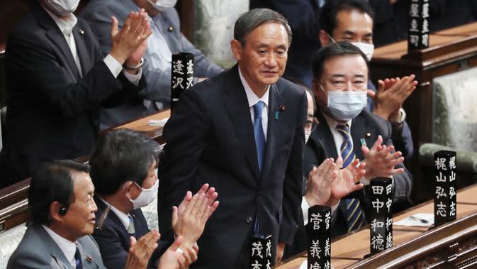 Yoshihide Suga berdiri setelah terpilih sebagai Perdana Menteri Baru Jepang di majelis rendah parlemen di Tokyo, Rabu (16/9/2020). Parlemen Jepang pada Rabu (16/9) resmi memilih Yoshihide Suga sebagai perdana menteri pengganti Shinzo Abe yang mundur karena sakit. (AP Photo/Koji Sasahara)