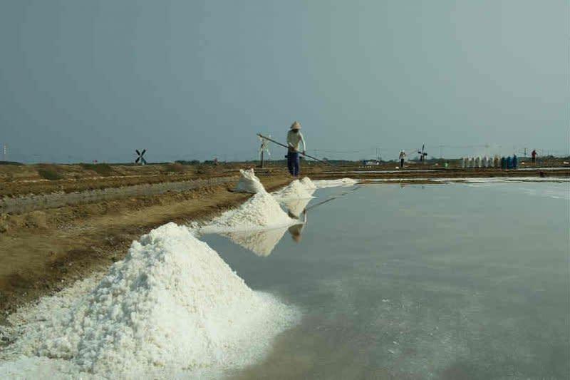 Di Cirebon, Menteri Edhy janji benahi produksi garam rakyat