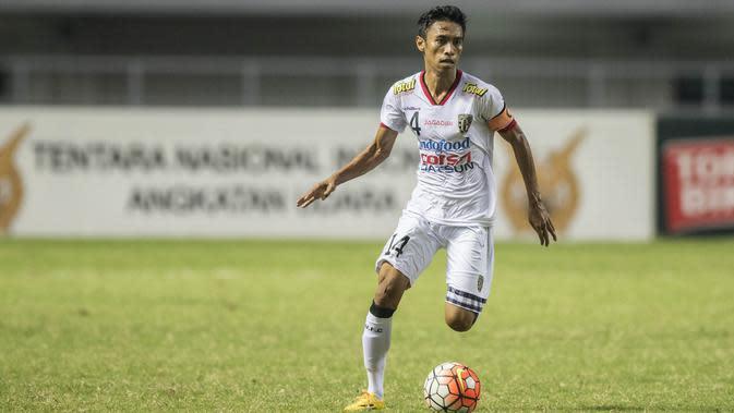 Gelandang Bali United, Fadhil Sausu, saat melawan PS TNI pada laga Torabika Soccer Championship 2016 di Stadion Pakansari, Jawa Barat, Minggu (20/11/2016). (Bola.com/Vitalis Yogi Trisna)