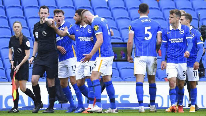 Para pemain Brighton Hove Albion melakukan protes kepada wasit saat melawan Manchester United pada laga Liga Inggris, Sabtu (26/9/2020). Setan Merah menang dengan skor 3-2. (Glyn Kirk/Pool via AP)