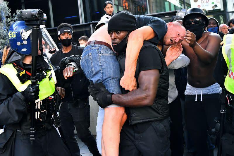 Sebuah foto dan kisahnya: Pria kulit hitam bawa demonstran kanan jauh ke tempat aman