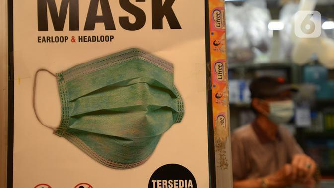 Pedagang menunggu pembeli masker tiga lapis di Pasar Pramuka, Jakarta, Rabu (23/9/2020). Terkait pelarangan pemakaian masker scuba dan buff di KRL, penjualan masker biasa masih normal di pasaran dengan harga sekitar Rp.60.000-Rp 150.000 per boks. (merdeka.com/Imam Buhori)
