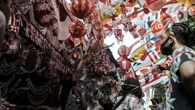 Pengunjung memilih pernak-pernik Hari Kemerdekaan di Pasar Jatinegara, Jakarta, Minggu (2/8/2020). Menjelang perayaan HUT ke-75 Republik Indonesia, Pasar Jatinegara mulai dipadati warga yang ingin mencari beragam pernak-pernik hiasan kemerdekaan. (merdeka.com/Iqbal Nugroho)
