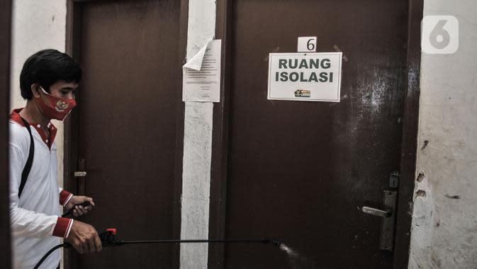 Anggota Lembaga Keswadayaan Masyarakat (LKM) mendisinfeksi kamar isolasi COVID-19 di RW 05 Kelurahan Kuningan Barat, Jakarta, Kamis (27/8/2020). Dari 16 kamar indekos, 4 di antaranya dijadikan sebagai ruang isolasi yang telah disterilisasi. (merdeka.com/Iqbal S. Nugroho)