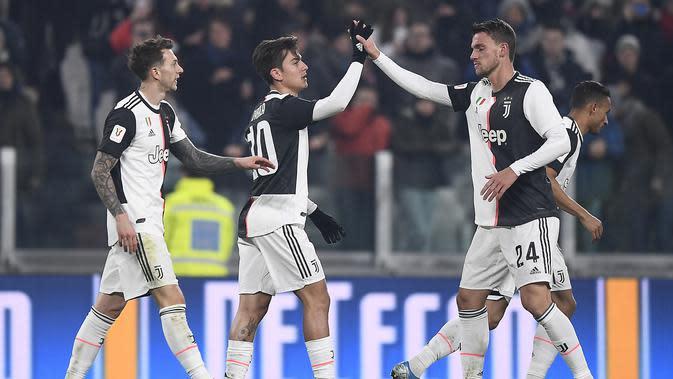 Pemain Juventus Paulo Dybala (tengah) merayakan golnya ke gawang Udinese bersama rekan-rekan setimnya pada pertandingan Coppa Italia 2019/2020 di Allianz Stadium, Turin, Italia, Rabu (15/1/2020). Juventus menang 4-0. (Fabio Ferrari/LaPress via AP)