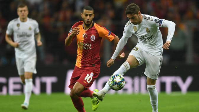 Gelandang Real Madrid, Federico Valverde, mengontrol bola saat melawan Galatasaray pada laga Liga Champions di Stadion Ali Sami Yen Spor, Istanbul, Selasa (22/10). Galatasaray kalah 0-1 dari Madrid. (AFP/Ozan Kose)