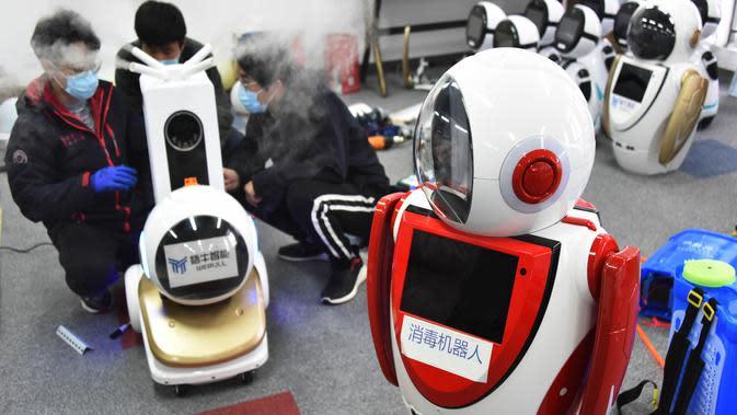 Teknisi menyetel robot desinfeksi generasi kedua di perusahaan teknologi di Qingdao, China, 11 Februari 2020. Qingdao mengimbau perusahaan teknologi untuk meneliti, mengembangkan dan memperlengkapi robot desinfeksi yang dapat menggantikan tenaga manusia dalam operasi desinfeksi. (Xinhua/Li Ziheng)