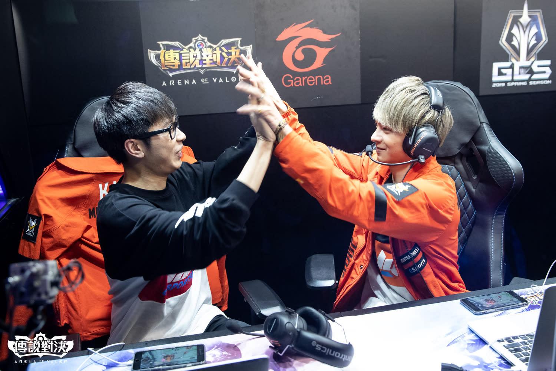 比賽中戰友之間的溫馨互動,常常感動觀眾。
