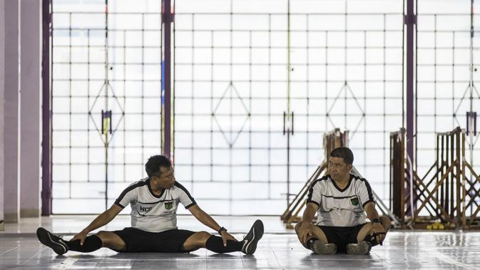 Pelatih Persita Tangerang, Widodo C Putro, berdiskusi dengan Francis Wewengkang saat latihan di Lapangan Indoor Sport Center, Tangerang, Jumat (24/1). Latihan ini merupakan persiapan jelang Liga 1 Indonesia 2020. (Bola.com/Vitalis Yogi Trisna)