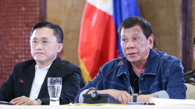 Presiden Filipina Rodrigo Duterte (kanan) menyampaikan pidato di Istana Presiden Malacanang, Manila, Kamis (12/3/2020). Filipina melarang pertemuan massal, penutupan sekolah, dan karantina masyarakat di Manila. (Richard Madelo/Malacanang Presidential Photographers Division via AP)