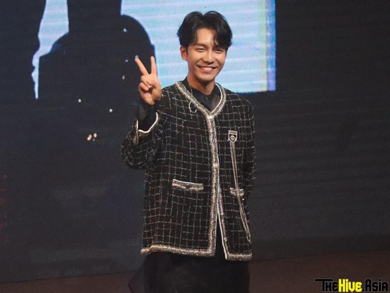 Lee Seung-gi posing for his fans at his recent fan meeting in Malaysia.