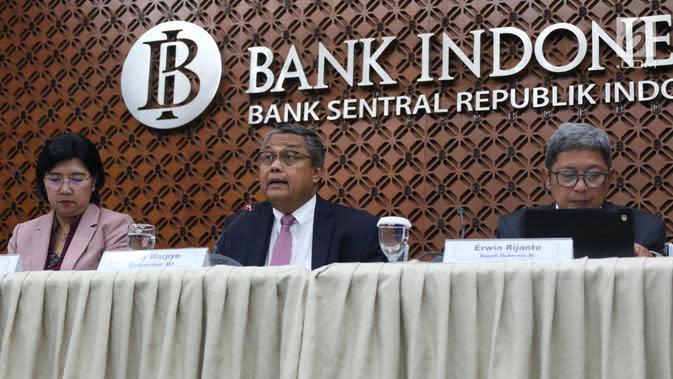 Gubernur BI Perry Warjiyo (tengah) didampingi DGS Destry Damayanti (kiri) dan Deputi Gubernur Erwin Rijanto (kanan) memberi keterangan pers hasil Rapat Dewan Gubernur di Kantor BI, Jakarta, Kamis (19/9/2019). BI menurunkan suku bunga acuan BI7DRR menjadi 5,25 persen. (Liputan6.com/Angga Yuniar)