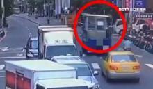 貨車載警衛亭突「下車」 險砸用路人