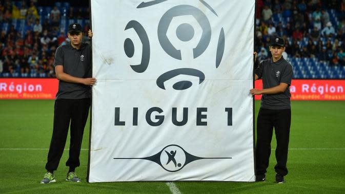 Spanduk bergambar logo Ligue-1, dibentangkan di Stadion La Mosson, Montpellier, sebelum pertandingan Ligue-1 antara Montpellier dan Angers, pada 8 Agustus 2015. (AFP PHOTO / PASCAL GUYOT)