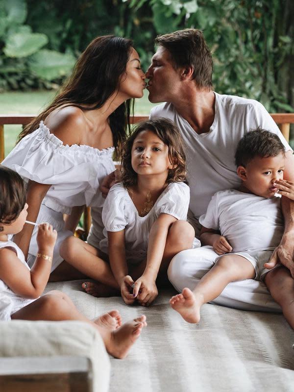 Pernikahan Indah Kalalo dan Ibrahim Justin Werner jauh dari kabar miring. Keluarga kecilnya selalu menunjukan momen yang membahagiakan. Di usia pernikahan 9 tahun, Indah dan suami bahkan kerap seperti pasangan yang berpacaran. (Instagram/indahkalalo)