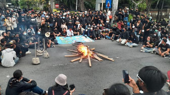 Aksi gabungan buruh, mahasiswa, pelajar dan pemuda menolak UU Omnibus Law di Bali berlangsung ricuh.