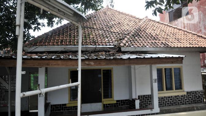 Kondisi plang yang sebelumnya terpasang tulisan kantor hukum sebagai kedok klinik aborsi ilegal di Jalan Paseban Raya, Jakarta, Minggu (16/2/2020). Polda Metro Jaya membongkar praktik klinik aborsi ilegal yang sudah beroperasi sejak 2018 silam pada 14 Februari 2020. (merdeka.com/Iqbal S Nugroho)