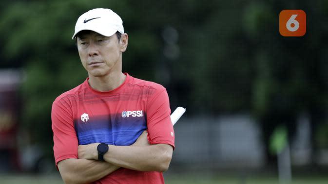 Pelatih Timnas Indonesia, Shin Tae-yong, saat latihan di Lapangan G, Senayan, Jakarta, Rabu, (19/2/2020). Pada sesi latihan kali ini Timnas menjalani tes fisik dengan menggunakan alat Smart Gate. (Bola.com/M Iqbal Ichsan)