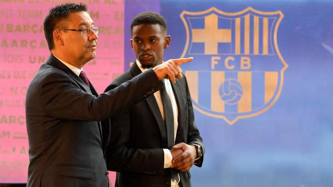 Presiden Barcelona, Josep Maria Bartomeu, berbincang-bincang dengan bek barunya, Nelson Semedo, di Stadion Camp Nou, Katalonia, Jumat (14/7/2017). Pemain 23 tahun itu didatangkan dari Benfica dengan harga 26,2 juta poundsterling. (AFP/Lluis Gene)