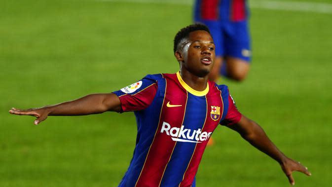 Selebrasi pemain Barcelona, Ansu Fati, setelah menjebol gawang Villlarreal pada pertandingan Liga Spanyol di Camp Nou, Senin (28/9.2020) dini hari WIB. (AP/Joan Monfor)